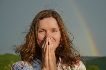 Blog-pic-grateful-woman-rainbow-14166199