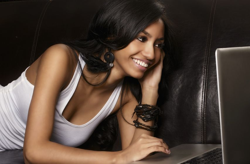 beatiful black lady finding date online during coronavirus pandemic